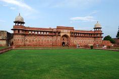 Palácio Jahangir, dentro do Forte Agra. Agra, em Uttar Pradesh, Índia. Fotografia: Sanyam Bahga.  - Wikipédia, a enciclopédia livre.
