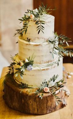 Three tier semi naked wedding cake decorated with fresh rose buds and foliage. P… Three tier semi naked wedding cake decorated with fresh rose buds and foliage. Photography by Anna Urban Wedding Cake Roses, Wedding Cake Rustic, Rustic Cake, Wedding Cake Two Tier, Three Tier Cake, Naked Wedding Cake With Fruit, Rustic Italian Wedding, Floral Wedding Cakes, Floral Cake
