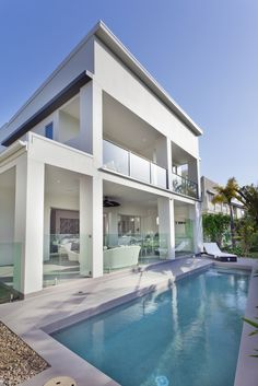 Swimming Pool Ideas : Sleek pool design to match this sleek and modern home design. See 100 more amazing pool/patio designs at Modern House Floor Plans, Modern House Design, Swimming Pools Backyard, Swimming Pool Designs, Moderne Pools, Earn From Home, Mansions Homes, Pool Houses, Glass Houses