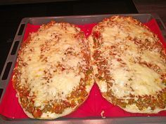 Baked minced meat flatbread by Sauce Recipes, Meat Recipes, Seafood Recipes, Toast Foie Gras, Vegetarian Pizza Recipe, Mince Dishes, White Pizza Recipes, Seafood Appetizers, Flatbread Appetizers