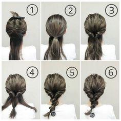 Bước 1: Túm 2/3 tóc trên đầu lại chừa 1/3 tóc dưới gáy. Bước 2: Buộc đuôi ngựa thấp phần tóc nhiều phía trên. Bước 3: Lận phần tóc buộc vào trong. Bước 4: Buộc phía đuôi phần tóc nhiều lại rồi chia đôi phần tóc mỏng dưới gáy ra. Bước 5: Quấn 2 phần tóc mỏng đã chia khi nãy vào giữa hai đầu được buộc của đuôi tóc dày rồi buộc cố định. Bước 6: Kéo bung tạo độ rối và độ phồng rồi xịt keo giữ nếp.
