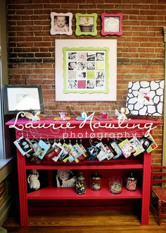 l love the Christmas card display idea and the wall decor. <3