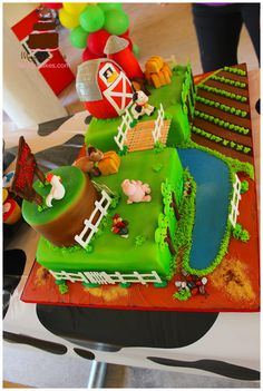 Top view of this awesome farm theme cake.