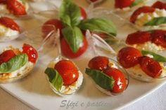 Un fresco antipasto adatto per l'estate.    Ingr:  1 pacchetto di crackers 1 mozzarella di bufala Pomodorini Basilico  Semplicissimi questi ...
