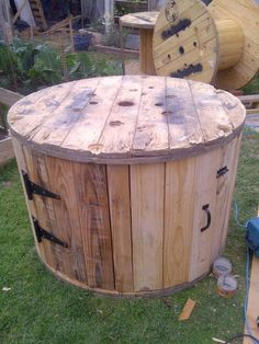 Brilliant DIY-er Upcycles An Old Cable Spool Into A Backyard Duck House diy cable spool duck house Diy Cable Spool Table, Wood Spool Tables, Rustic End Tables, Cable Spool Ideas, Large Wooden Spools, Wooden Cable Spools, Wire Spool, Wooden Spool Projects, Spool Crafts