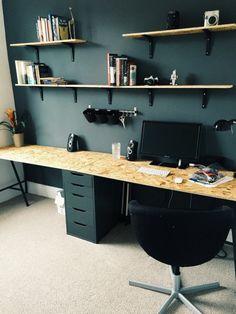 chambre 9m2, decoration interieur appartement, murs en gris anthracite avec des étagères en surface claire beige, fauteuil en forme arrondie en noir, bureau pliant avec des pieds en métal noir et plan de travail en couleur jaune, moquette en beige