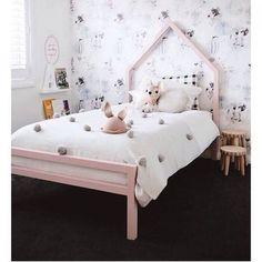le papier peint, la maison en bois au mur, les pompons sur le lit, que des bonnes idées à copier !!