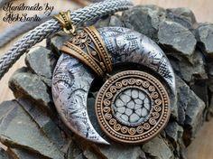 Mond Anhänger Mond Halskette Moon Schmuck Erklärung Halskette Aussage Anhänger Statement Schmuck Fimo Schmuck für Frauen Silber Anhänger Halskette Geschenk für sie ________________________________________  Anweisung Polymer Clay Anhänger Halskette, die einen silbernen Mond mit Bronze filigrane Elemente anzeigt. Magnetische und geheimnisvoll ist es, es ist ruhig, aber voller verborgene Kraft. Alle Elemente sind von Hand geformt.  Anhänger Größe: 6 X6 cm (2,36 X 2,36) Kabel Länge: 48 cm (18,9)