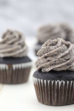 This Oreo Frosting is incredibly silky, light and fluffy and tastes just like the filling of an Oreo cookie! It's perfect recipe for frosting cakes and cupcakes and only requires 5 simple ingredients. Pair this with chocolate or vanilla cupcakes. Cookies And Cream Frosting, Oreo Frosting, Oreo Buttercream, Whipped Cream Cheese Frosting, Oreo Cupcakes, Vanilla Cupcakes, Cupcake Cakes, Strawberry Cupcakes, Gourmet Cupcakes