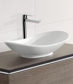 Villeroy & Boch My Nature: Er hat die Form einer Waschschale und bezaubert mit einer luftig-leichten Optik. Auch die Reinigungsfreundlichkeit spricht für dieses Modell: Dank der CeramicPlus-Oberfläche bleiben Verschmutzungen kaum haften und sind besonders leicht zu entfernen.  #aufsatzbecken #aufsatz #bad #waschtisch #badezimmer #bathroom #villeroyboch #vibo #mynature #modern #bath #bathtime #relax #reuter #reuterde