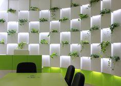 #Oficina #moderno #contract via @planreforma #sillas #mesas de comedor #revestimiento #plantas #jardín vertical #pared