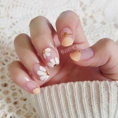 faded french nails New Years Daisy Nail Art, Daisy Nails, Flower Nails, Flower Pedicure, Korean Nail Art, Korean Nails, Korean Art, Simple Nail Art Designs, Short Nail Designs