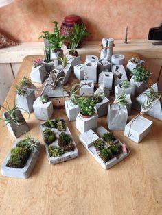 Planters planters planters Cement Art, Concrete Pots, Concrete Crafts, Concrete Projects, Concrete Planters, Diy Planters, Diy Projects, Beton Design, Concrete Design
