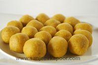 Kaju Khoya Besan Laddoo-Fragrant gram flour laddoos stuffed with kaju and khoya mixture. Indian Desserts, Indian Sweets, Indian Food Recipes, Gourmet Recipes, Cooking Recipes, Indian Snacks, Holi Recipes, Diwali Recipes, Indian Cookbook
