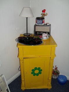 vanha pesukomuuttikaappi (päivähoidossa meillä miehen siskoolta) ja päällä magneetti-liitutaulutarjotin ja kaffikuppikynttilä.