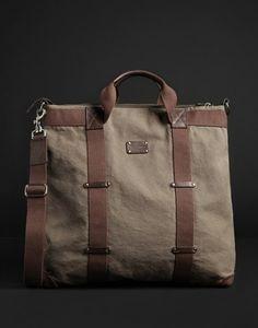A bolsa masculina Dolce   Gabbana é feita de lona e tem detalhes que  enriquecem o modelo c9b1d572599