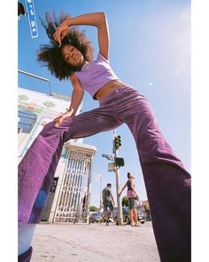 2020 Design Movements - Wide Angle Portraits - 20 Beautiful Examples - Purple is such a fun color! Model Poses Photography, Wide Angle Photography, Creative Photography, Beauty Photography, Lifestyle Photography, Newborn Photography, Photographie Portrait Inspiration, Fashion Photography Inspiration, Photoshoot Inspiration