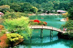 L'automne est la période idéale pour visiter le Japon : une période riche en festivals, sublimée par une nature teintée de pourpre et d'or et d'une fraîcheur très appréciable. Ritsurin,l'un des parcs les plus celebres du Japon