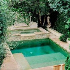 piscine implantée dans le jardin verduré Style Kinfolk, Swimming Pools Backyard, Outdoor Decor, Salons, Home Decor, Gardens, Light String, Minimalist, Swimming Pools