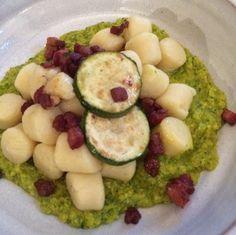 Gnocchi al pesto de brócoli con crujientes de Pavo