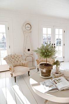 Grand Rapids Michigan Blogger, Liz Marie, shares her latest find, and antique european mora clock. Come find out where you can purchase your own! Farmhouse Design, Farmhouse Mantel, Farmhouse Baskets, Modern Farmhouse Decor, Farmhouse Furniture, Vintage Farmhouse, Rustic Decor, Relaxing Colors, Swedish Design