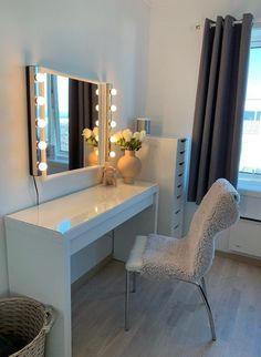 Malm sminkebord Ikea Malm sminkebord from Ikea. Interior and sminkeDesign of the rooms - 34 dark and inviting rooms ✿ Fo. Makeup Room Decor, Cute Room Decor, Aesthetic Room Decor, My New Room, House Rooms, Apartment Living, Room Inspiration, Bedroom Decor, Ikea Vanity