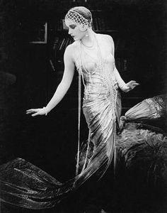 Lili Damita in Das Spielzeug von Paris (Michael Curtiz, 1925) BW Fashion Photography