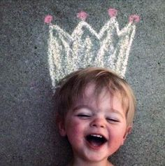Summer fun for your children: draw silly hats on the sidewalk and take pictures! Cute Kids, Cute Babies, Baby Kids, Baby Boy, Funny Kids, Lil Boy, Fun Funny, Cute Photos, Cute Pictures