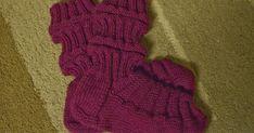 En löytänyt mistään oikein selkeää ohjetta aikuisten junasukille, joten päätin lähteä kokeilemaan itse yrityksen ja erehdyksen kautta.     ... Knitting Socks, Leg Warmers, Fingerless Gloves, Knit Crochet, Legs, Fashion, Knit Socks, Leg Warmers Outfit, Fingerless Mitts
