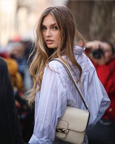 Romee Strijd Street Style in a Strappy Silver Golden Open Toe Sandals Arriving At the Etro Milan Fashion Week Show Milan, Autumn Winter Blonde Hair Looks, Cool Blonde, Brown Blonde Hair, Dark Hair, Ombre Highlights, Brown Hair With Highlights, Hair Inspo, Hair Inspiration, Victoria Secret Fashion
