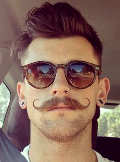 moustache homme courbes fines style hipster vintage lunettes rayban old school wayfarer coupe pompadour Hipster Bart, Style Hipster, Cool Mustaches, Moustaches, Types Of Mustaches, Handlebar Mustache, Beard No Mustache, Mustache Growth, Hipsters