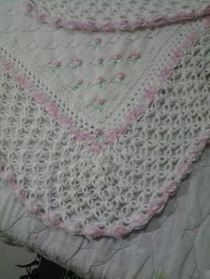 Trico e croche feitos por mim. Florzinhas bordadas pela Silma com fita. Barra com ponto segredo e puff do blog da Sonia Maria (Falando de croche).