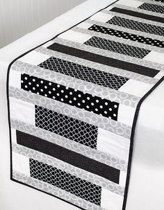 56 ideas for patchwork table runner pattern Patchwork Table Runner, Table Runner And Placemats, Table Runner Pattern, Table Runner Tutorial, Plus Forte Table Matelassés, Modern Table Runners, Contemporary Table Runners, Black And White Quilts, Black White