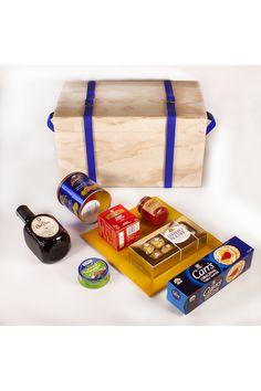 Cuando estamos pensando un regalo en el mundo de los negocios, debemos buscar algo que impacte, algo que tenga recordación, pero no ahondar en algo muy personal en el destinatario. Un whisky es el licor por excelencia en los negocios, acompañado de unos chocolates, te, mermelada, galletas de mesa y galletas dulces. Todo presentaado en un baul en pino con correas en cuero azules. Chocolates Ferrero Rocher, Box Of Chocolates, Sweet Cookies, Gifts For Boss, Business Gifts, French Recipes