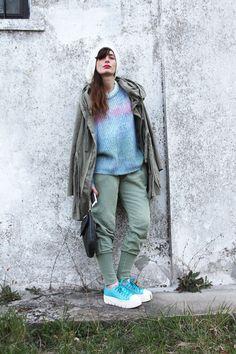 OUTFIT IDEA WITH LIGHT BLUE SHOES #SHOES #STREETSTYLE #FASHION #FASHIONBLOG #FASHIONBLOGGER #COOL #ACCESSORIES #PARKA idea outfit con verde militare e azzurro, come indossare sneakers colorate, outfit idea with  bright nature colors , fashion blogger parma, amanda marzolini, the fashionamy, dove trovare le scarpe soyafish, collane con catene,  outfit, soyafish, parka, streetstyle, knitwear, fashion, brand, accessories, cherrybijoux, coolhunting,