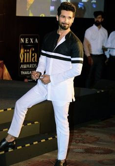 5 times Shahid Kapoor gave us major fashion goals African Shirts For Men, African Dresses Men, African Attire For Men, African Clothing For Men, Nigerian Men Fashion, Indian Men Fashion, Mens Fashion Suits, Mens Indian Wear, Indian Groom Wear