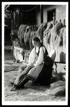 Csikszentlélek; Füsülés   Képeslapok   Hungaricana Old Photography, Art Costume, Folk Dance, The Shepherd, Central Europe, Budapest Hungary, Eastern Europe, Historical Photos, Country Life