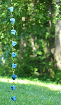 This DIY rain chain is made from small terra cotta pots - inexpensive, easy, and adorable! via Design Sponge Diy Ombre, Clay Flower Pots, Flower Pot Crafts, Clay Pots, Clay Pot Projects, Clay Pot Crafts, Garden Projects, Diy Crafts, Diy Clay