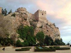 CASTLES OF SPAIN - El castillo domina el pueblo de Salobreña (Granada) y la Costa de Poniente, en época nazarí tenía un importante valor estratégico, fue utilizado como residencia real nazarí y prisión de reyes destronados (Yusuf III, Muhammed VIII, Muhammed IX y Muley Hacén). Salobreña contaba por tanto con una importante fortaleza, a cuyos pies estaba la población rodeada por murallas, siendo los siglos XIV y XV su época de esplendor.