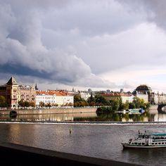 A tempestade que chegava não assustou pelo contrário fez todo mundo apreciar ainda mais a beleza de Praga. #malasepanelas #praga #prague #republicatcheca #lesteuropeu #tempestade #storm #instagood #latergram #2007 #viagem #fotodeviagem #viajoteca