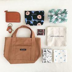 写真の説明はありません。 What In My Bag, What's In Your Bag, Inside My Bag, Flat Lay Photography, Marimekko, Bag Organization, Little Bag, You Bag, Bag Accessories