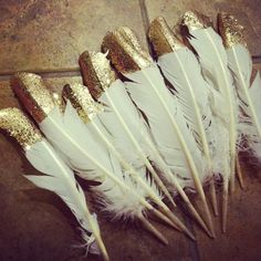 diy deco nouvel an plume Holiday Fun, Christmas Time, Christmas Crafts, Xmas, Simple Wedding Decorations, Simple Weddings, Feather Decorations, Deco Nouvel An, New Year's Crafts