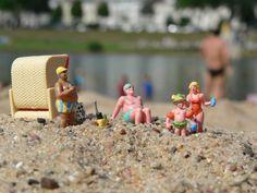 Ab an den Strand! Toll, wenn man im Sommer in der Sonne am Strand im Sand liegen kann. Das dachten sich wohl auch diese kleinen Figürchen und haben die Badesachen, Schwimmflügel und den Strandkorb eingepackt und sich auf den Weg zum Baggersee gemacht. Mit dabei eine Kamera, die diesen tollen Schnappschuss aufgenommen hat. Wer Lust an künstlerischen Fotos mit Mini-Figuren hat, erhält 2 cm große Männchen auf www.noch-kreativ.de