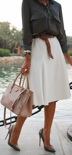jupe corolle, jupe blanche circulaire et une chemise noire