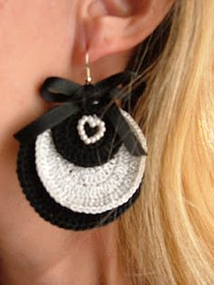 Orecchini in uncinetto, colori bianco e bianco lamée.  	  Earrings-crochet, colors black and white lamée.