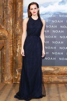 Best Dressed of the Week - Emma Watson: vestido de chifón azul marino y negro con escote en la espalda con lazo de Wes Gordon, salones de Christian Louboutin y pendientes de Ana Khouri.