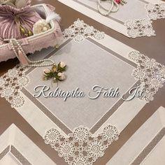 No photo description available. Filet Crochet, Crochet Lace, Crochet Home Decor, Happy Flowers, Crochet Tablecloth, Pakistani Dress Design, Doilies, Textiles, Diy And Crafts