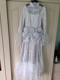 GIRLS  LONG SILVER GREY LACY SMART WILD WEST DRESS WITH MATCHING HAT, EX CON  will be a great ghostly  costume  for Imogene