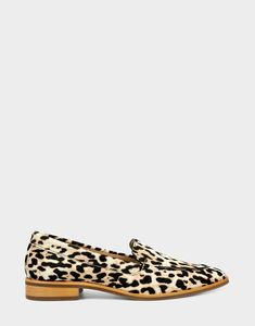 This menswear-inspired slip on is sleek and sophisticated. It's crying out to be paired with your favorite dark-wash jeans. Work Pumps, Pumps Heels, Ballet Fashion, Fashion Shoes, Peanut Butter Swirl Brownies, Loafer Flats, Loafers, Technology Gifts, Over 60 Fashion