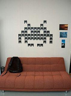 Decoração de parede de Space Invaders feita com disquetes.